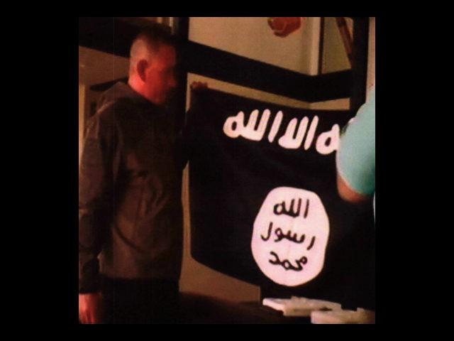 Sgt.-1st-Class-Ikaika-Kang-ISIS-flag-ap-640x480